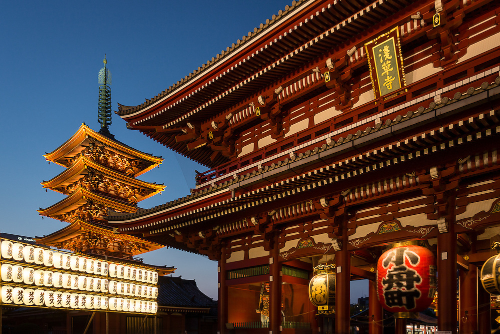 The pagoda and the main gate at Sensoji Temple are the most distinctive features of this Buddhist temple. The gate has a huge red lantern that has become almost a symbol of this place.