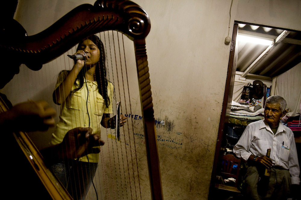 Flor Romero ensaya en la sala de su casa.
