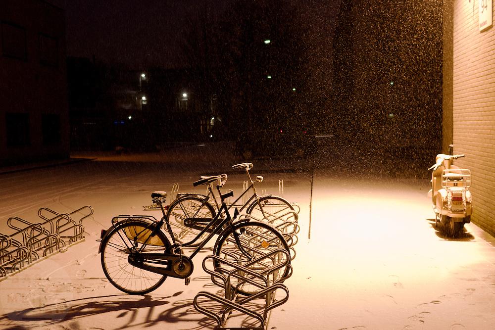 Een fietsenstalling in de sneeuw.<br /> <br /> A bicycle rack in the snow