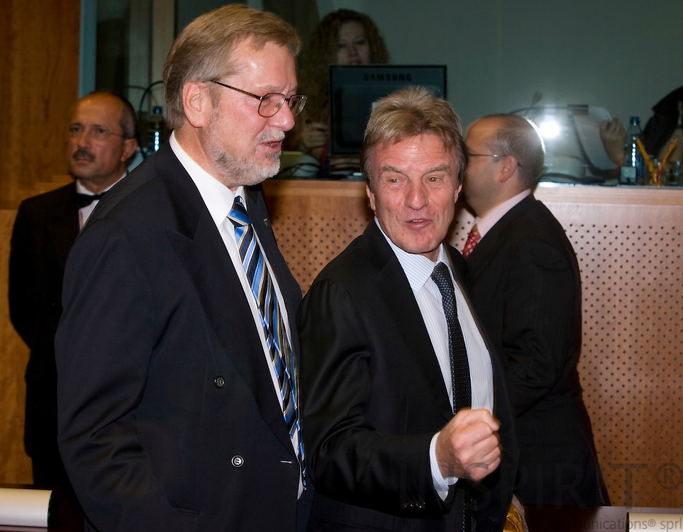 BRUSSELS - BELGIUM - 15 OCTOBER 2008 --  EU-Summit -- From left the Ministers for Foreign Affairs, Per Stig MØLLER (Moeller, Moller) Denmark, and Bernard KOUCHNER, France. Photo: Erik Luntang.