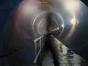 Museo del Canal de Panamá,Miraflores..El Canal de Panamá mide 80 Kilómetros de largo.Su cauce discurre entre el Atlántico y el Pacifico. El Canal esta conformado por varios elementos: el lago Gatún;el Corte Culebra; y las esclusas(Miraflores y Pedro Miguel en el Pacifico; y Gatún en el Atlántico)..El canal utiliza un sistema de esclusas:compartimientos con puertas de entrada y salida. Las esclusas funcionan como elevadores de agua:suben la nave desde el nivel del mar( ya sea pacífico o del Atlántico) hacia el nivel del Lago Gatún (26 metros sobre el nivel del mar) así los buques navegan a tráves del cauce del Canal en la Cordillera Central de Panamá.