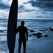 A surfer preparing for an afternoon of surfing on the Californian coast. (Santa Cruz, US)<br />