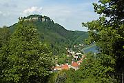Blick auf Koenigstein mit Festung, Saechsische Schweiz, Elbsandsteingebirge, Sachsen, Deutschland.|.Saxon Switzerland, Koenigstein, Saxony, Germany