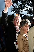 Viering van de tachtigste verjaardag van cabaretier Paul van Vliet in  Theater Carr&eacute;, Amsterdam. Tijdens de eenmalige voorstelling Vandaag of morgen ter ere van zijn tachtigste verjaardag treedt Van Vliet op samen met collega-cabaretiers Youp van 't  Hek, Herman van Veen, Bert Visscher en Jochem Myjer.<br /> <br /> Op de foto:  Freek en Hella de Jonge