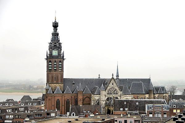Nederland, Nijmegen, 12-12-2013Het vernieuwde plein 44 is klaar. De eerste bewoners en winkels nemen hun intrek. Een nieuwe blik op de Stevenskerk en Stevenstoren is mogelijk.Foto: Flip Franssen