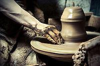 Fase di modellazione dell'argilla al tornio a pedale