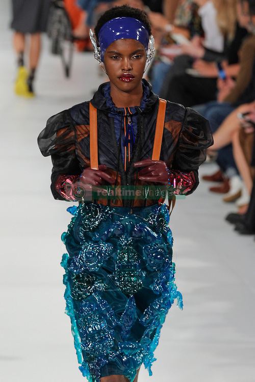 September 28, 2016 - Paris, FRANCE - Maison Margiela.MODEL ON CATWALK, WOMAN WOMEN, PARIS FASHION WEEK 2017 READY TO WEAR FOR SPRING SUMMER, DEFILE, FASHION SHOW RUNWAY COLLECTION, PRET A PORTER, MODELWEAR, MODESCHAU LAUFSTEG FRUEHJAHR SOMMER .PARSS17 (Credit Image: © PPS via ZUMA Wire)