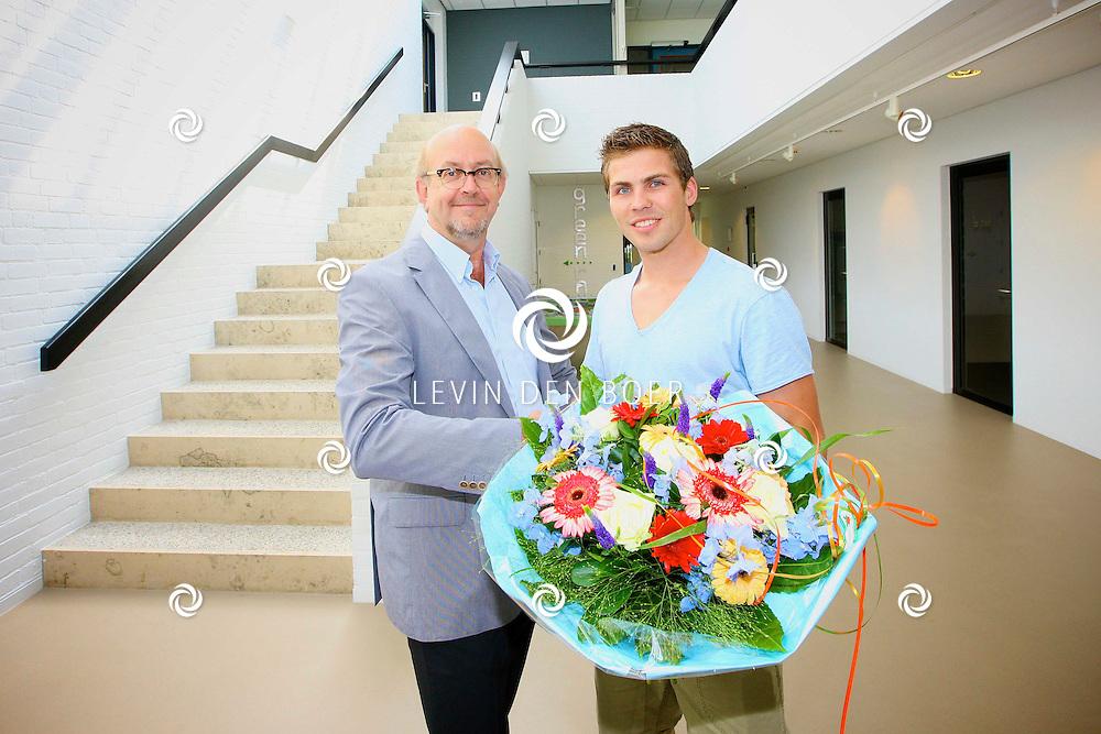 KERKDRIEL - Op het gemeentehuis van Kerkdriel is bmx fietser Twan van Gendt gehuldigd door John Leijdekkers (in de functie van loco-burgemeester). Dit ivm zijn prestaties op de Olympische Spelen 2012 in London. FOTO LEVIN DEN BOER - PERSFOTO.NU