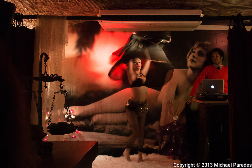 A burlesque dancer with DJ in Lisbon