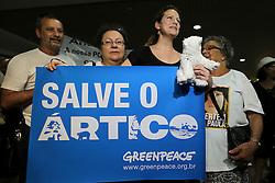 A ativista do Greenpeace, Ana Paula Maciel Alminhana   com sua mãe, Rosangela Maciel (E) e seu pai Jaires maciel depois de chegar ao Aeroporto Internacional Salgado Filho, em Porto Alegre, Brasil, 28 de dezembro de 2013, semanas depois de ter sido libertado sob fiança pela Rússia, após dois meses de detenção por protestar contra a exploração de petróleo no Ártico. Ana Paula Maciel foi o primeiro ativista do Greenpeace detido na Rússia a sair da cadeia. Um grupo de ativistas do Greenpeace estava a bordo do navio de bandeira holandesa Arctic Sunrise, tendo como alvo uma plataforma de petróleo offshore de propriedade da gigante de energia russa Gazprom, quando foram apreendidos em setembro pelas forças de segurança russas. Todos os 26 ativistas estrangeiros já receberam vistos de saída depois que a Rússia lhes concedeu anistia. FOTO: Jefferson Bernardes/ Agência Preview