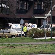 NLD/Mijdrecht/19921204 - Arrestatie bankovervallers na schietpartij motel Vinkeveen met gevolg een dode politieman, ambulance staat klaar voor slachtoffers