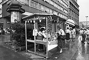 Duitsland, Leipzig, 1-7-1990Op 1 juli 1990 werd de duitse monetaire eenwording effectief. De burgers van de ddr konden hun marken, ostmarken, inwisselen tegen de west-duitse mark, in winkels vond een grote operatie plaats om prijzen aan te passen en westerse producten in de schappen te leggen. Nederlandse ondernemers, fruittelers, kaashandelaars, waren ert snel bij om hun producten in oost duitsland af te zetten. In dit stalletje, marktkraam, wordt nederlande kaas verkocht. Nederland, economie,handelsgeest, nederlands,landbouw,landbouwproducten,export,melkproductenFoto: Flip Franssen/Hollandse Hoogte