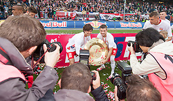 24.05.2015, Red Bull Arena, Salzburg, AUT, 1. FBL, FC Red Bull Salzburg vs RZ Pellets WAC, 35. Runde, im Bild Fotografen bei v.l.: Takumi Minamino (FC Red Bull Salzburg, #18), Valon Berisha (FC Red Bull Salzburg, #14) // during Austrian Football Bundesliga 35th round Match between FC Red Bull Salzburg and RZ Pellets WAC at the Red Bull Arena, Salzburg, Austria on 2015/05/24. EXPA Pictures © 2015, PhotoCredit: EXPA/ JFK