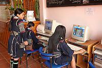 Vietnam. haut Tonkin. Region de Sapa. Jeune filles d'ethnie Hmong Noir dans un  café internet de Sapa. // Vietnam. North Vietnam. Sapa area. Young girls fron ethnic group of Black Hmong inside an Internet Café of Sapa.