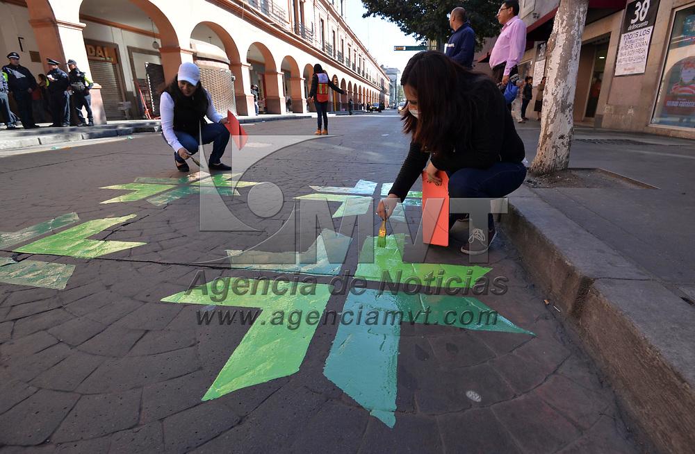 Toluca, México (Diciembre 09, 2018).- Asociaciones civiles y el Ayuntamiento de Toluca dieron un cambio a las cebras peatonales de la capital mexiquense, fueron intervenidos 21 puntos cada uno con un diseño distinto.  Agencia MVT / Crisanta Espinosa.