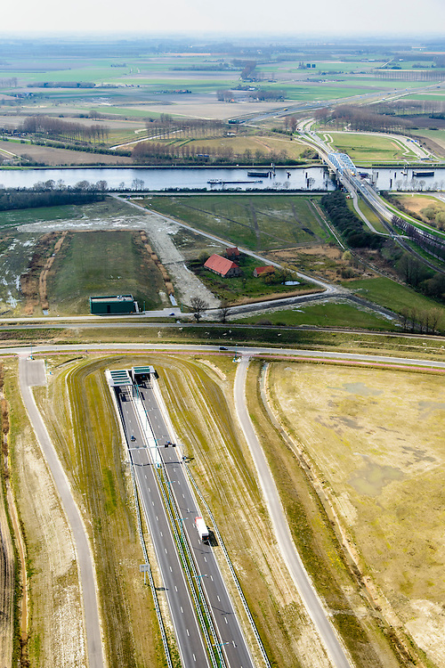 Nederland, Zeeland, Zeeuws-Vlaanderen, 01-04-2016; Sluiskiltunnel, Kanaal Gent-Terneuzen, kanaalkruising Sluiskil. In de achtergrond de brug in de N61 die in het verleden regelmatig voor files zorgde als er zeeschepen doorgelaten moesten worden.<br /> Slusikil tunnel, replacing the pivot bridge over the canal Gent-Terneuzen (Zeeland).<br /> luchtfoto (toeslag op standard tarieven);<br /> aerial photo (additional fee required);<br /> copyright foto/photo Siebe Swart