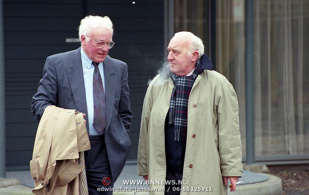 NLD/Bilthoven/19940309 - Piet Ekel en Piet Bambergen bij de crematie van Guus Verstraete Sr