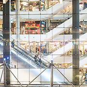 Bangkok, Thailande 24 mars 2014 - Dernier-nÈ des centres commerciaux de Bangkok, le Terminal 21 est un endroit atypique. Construit et modÈlisÈ ‡ líimage díun aÈroport, il permet ‡ ses visiteurs de faire escale dans les plus belles capitales du monde tout en faisant leurs emplettes. Le Terminal 21 Bangkok propose aux ´ shoppers ª de faire un voyage dans le voyage, Les escalators invitent les visiteurs ‡ accÈder aux portes díembarquements de chaque Ètage ou ville, portes díentrÈe aux nombreuses boutiques que compte le Terminal 21. On remarquera la prÈsence díun panneau ´ arrivÈe ª (arrival) ‡ la fin de chaque escalator pour signaler aux visiteurs quíils sont bien arrivÈs dans une nouvelle destination.