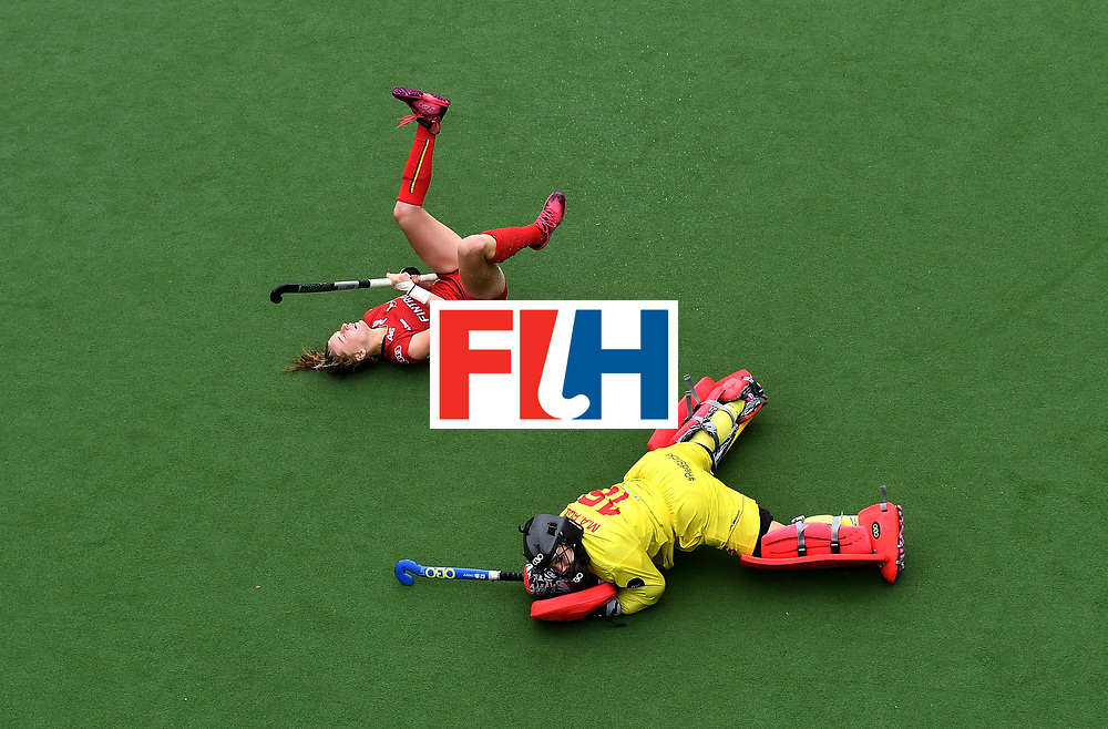 BRUSSELS, BELGIUM - JULY 2: Stephanie Vanden Borre (L) of Belgium scores past Maria Ruiz (R) of Spain in a penalty shoot out during the Fintro Hockey World League Semi-Final 7/8th playoff game between Spain and Belgium on July 2, 2017 in Brussels, Belgium. (Photo by Charles McQuillan/Getty Images for FIH)