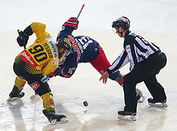 07.04.2019, Albert Schultz Halle, Wien, AUT, EBEL, Vienna Capitals vs EC Red Bull Salzburg, Halbfinale, 5. Spiel, im Bild v.l. Kelsey Tessier (spusu Vienna Capitals), Michael Schiechl (EC Red Bull Salzburg) und ein Referee // during the Erste Bank Icehockey 5th semifinal match between Vienna Capitals and EC Red Bull Salzburg at the Albert Schultz Halle in Wien, Austria on 2019/04/07. EXPA Pictures © 2019, PhotoCredit: EXPA/ Thomas Haumer