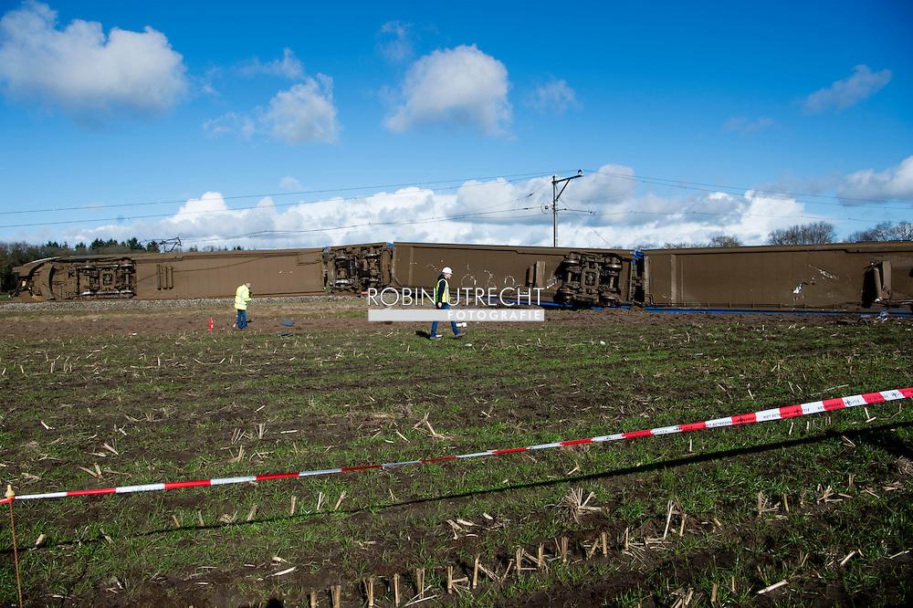 DALFSEN - Hulpdiensten bij een passagierstrein die bij Dalfsen tegen een hoogwerker gebotst is. Enkele treinstellen zijn op hun kant komen te liggen.  anp copyrigt robin utrecht