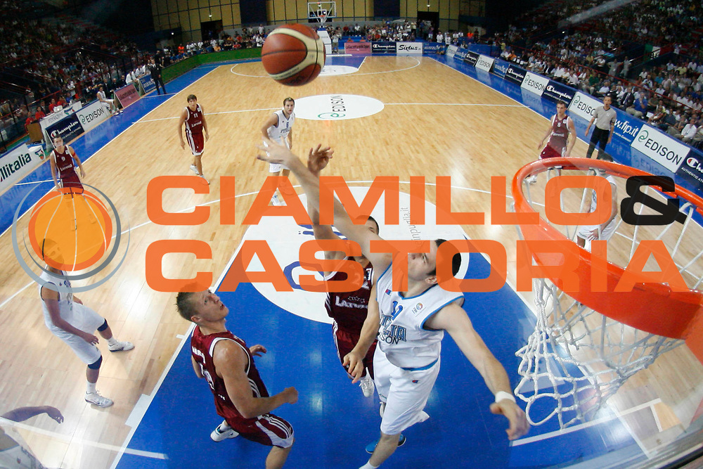 DESCRIZIONE : Bari Qualificazioni Europei 2011 Italia Lettonia<br /> GIOCATORE : Andrea Crosariol<br /> SQUADRA : Nazionale Italia Uomini <br /> EVENTO : Qualificazioni Europei 2011<br /> GARA : Italia Lettonia<br /> DATA : 20/08/2010 <br /> CATEGORIA : difesa special<br /> SPORT : Pallacanestro <br /> AUTORE : Agenzia Ciamillo-Castoria/GiulioCiamillo<br /> Galleria : Fip Nazionali 2010 <br /> Fotonotizia : Bari Qualificazioni Europei 2011 Italia Lettonia<br /> Predefinita :