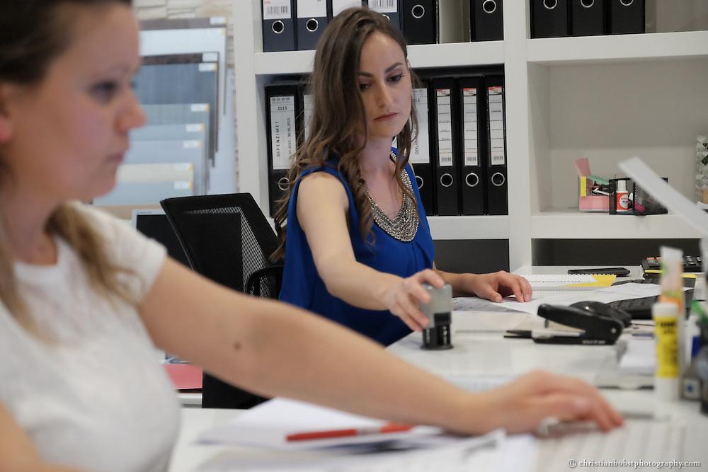 Merfida Jerliu, Gewinnerin der TV-Sendung PunPun, welche im Auftrag von Helvetas fürs kosovarische Fernsehen entwickelt wurde. In diesem Bild sehen wir Merida am gewonnenen Arbeitsplatz in der Firma Albaqeramika in Pristina, welche Badezimmereinrichtungen verkauft.