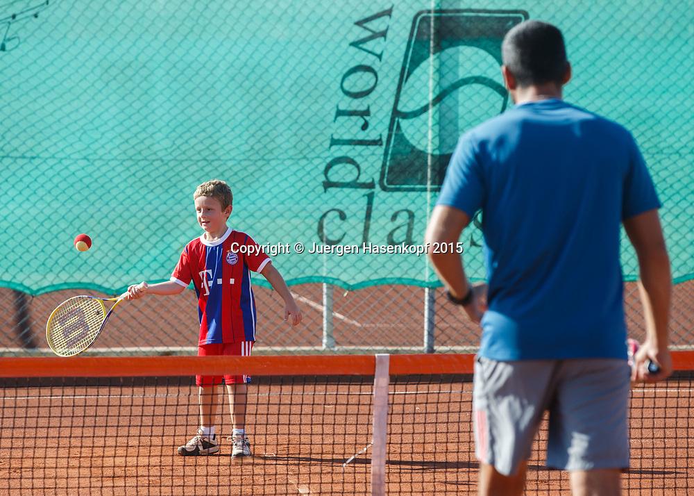 Trainer trainiert mit einem kleinen Jungen, mybigpoint Tennis Camp im  Ali Bey Resort, Side,Tuerkei.<br /> <br /> travel -  -  -  Ali Bey Resort Side - Side - Antalya - Tuerkei  - 1 October 2015. <br /> &copy; Juergen Hasenkopf