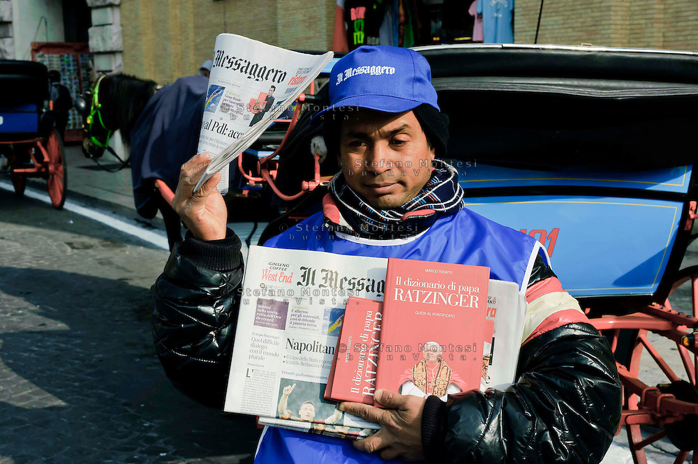 Città del Vaticano 17 Febbraio 2013.La domenica dell'Angelus  del Papa dimissionario..Venditore del giornale Il Messaggero.Rome, February 17, 2013.The Sunday of the Angelus of the Pope resigning.Paperboy sells newspaper Il Messaggero