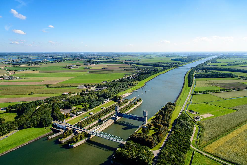 Nederland, Utrecht, Wijk bij Duurstede, 30-09-2015; Kruising Neder-rijn en Lek met Amsterdam-Rijnkanaal op grens provincies Utrecht en Gelderland.<br /> Prinses Marijkesluizen met naastgelegen Keersluis, omgeving Rijswijk (Gelderland) en Ravenswaaij.<br /> Amsterdam-Rijn-canal with locks and floodgate.<br /> luchtfoto (toeslag op standard tarieven);<br /> aerial photo (additional fee required);<br /> copyright foto/photo Siebe Swart