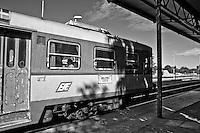 automotrice delle ferrovie Sud Est in attesa della partenza. Si nota sulla sua fiancata il cartello che indica i capolinea LECCE GALLIPOLI. Reportage che racconta le situazioni che si incontrano durante un viaggio lungo le ferrovie SUD EST nel salento.