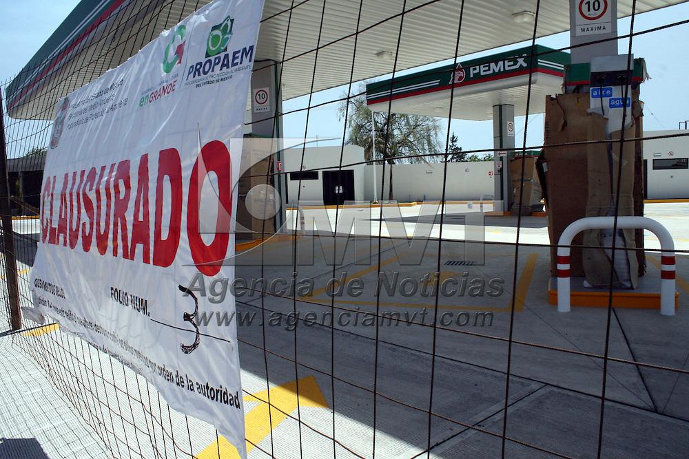 Metepec, México.- La Secretaria del Medio Ambiente, a través de la Procuradiría de Protección al Medio Ambiente del Estado de México PROPAEM clausuraron dos gasolineras en construcción por no cumplir con las normas requeridas, esto en Metepec en una más en  Mexicaltzingo en la vialidad Toluca Tenango.  Agencia MVT / José Hernández