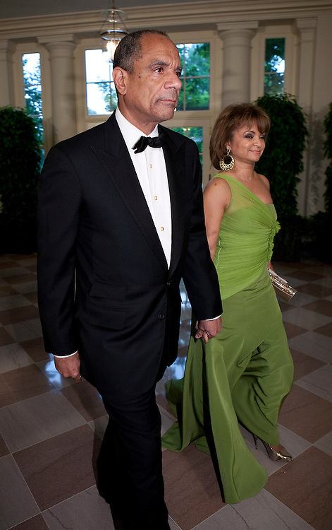 Chairman and CEO of American Express Kenneth Chenault and his wife Kathryn arrive for the State Dinner hosted by US President Barack Obama and first lady Michelle Obama for the President of Mexico Felipe Calderon and his wife Margarita Zavala at the White House in Washington on May 19, 2010.       REUTERS/Joshua Roberts    (UNITED STATES)