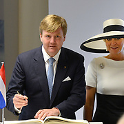 Koning en koningin bezoeken Nedersaksen. In het duitse Werlte krijgt het konuingspaar een rondleiding door het AUDI 3N Kompetenzzentrum<br /> <br /> King and Queen visit Niedersachsen. In the German Werlte the royal couple get a tour of the AUDI 3N Kompetenzzentrum<br /> <br /> Op de foto / On the photo: <br />  Ondertekening door Koning Willem Alexander en Koningin Maxima<br /> <br /> Signing by King Willem Alexander and Maxima Queen