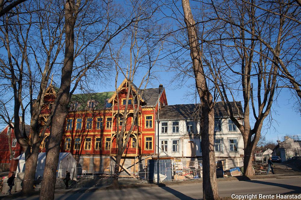 Restaurering av Høyskolebakken 4 (sveitservilla) og 2 i Trondheim. Eiendommene er eid av NTNU har tidligere hatt en uviss framtid.