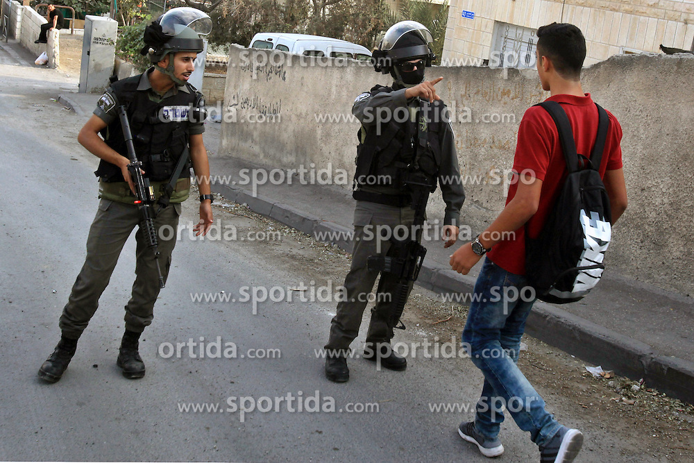 19.10.2015, Jerusalem, ISR, Gewalt zwischen Pal&auml;stinensern und Israelis, im Bild Kontrollen der Israelischen Sicherheitskr&auml;fte im Pal&auml;stinenser Gebiet // Israeli border guard block a Palestinian school boy from entering a road at a newly erected checkpoint in Jerusalem's neighborhood of Jabal al-Mokaber on October 19, 2015. Israeli police began erecting a wall in east Jerusalem to protect a Jewish neighbourhood subject to firebomb and stone attacks launched from an adjacent Palestinian village, Israel on 2015/10/19. EXPA Pictures &copy; 2015, PhotoCredit: EXPA/ APAimages/ Mahfouz Abu Turk<br /> <br /> *****ATTENTION - for AUT, GER, SUI, ITA, POL, CRO, SRB only*****