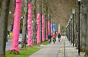 Nederland, Apeldoorn, 19-4-2016Voorbereidingen voor de start van de Giro d italia wielerwedstrijd. Op het parcours worden tijdelijke doorgangen gemaakt en drempels verlaagd. Roze fietsen hangen in lantaarnpalen.Op de Loolaan zijn bomen roze ingepakt.Foto: Flip Franssen