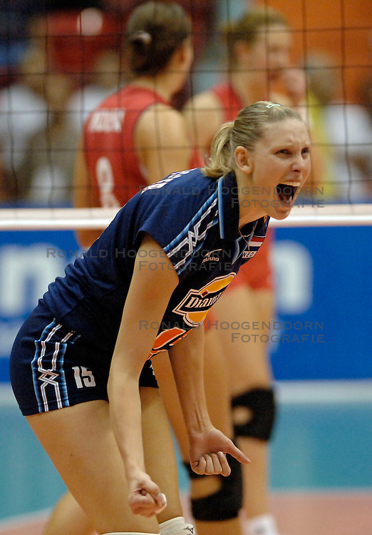 06-08-2005: VOLLEYBAL: WK KWALIFICATIE: NEDERLAND-BELGIE: ANKARA TURKIJE<br /> <br /> De Nederlandse volleybalsters hebben vandaag ook hun tweede WK-kwalificatiewedstrijd gewonnen. In Ankara had Oranje verrassend veel moeite met België. Het duel werd pas in de vijfde set beslist: 25-20, 21-25, 24-26, 25-8, 19-17 - Ingrid Visser<br /> <br /> ©2005-WWW.FOTOHOOGENDOORN.NL