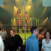 Opening 538 discotheek Huizen, danseressen op podium