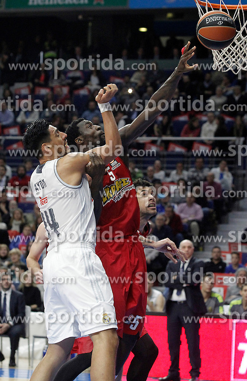 28.01.2016, Palacio de los Deportes, Madrid, ESP, FIBA, EL, Real Madrid vs Olympiacos PiraeusPlayoff, 5. Spiel, im Bild Real Madrid's Gustavo Ayon (l) and Olympimpiacos Piraeus' Othello Hunter // during the 5th Playoff match of the Turkish Airlines Basketball Euroleague between Real Madrid and Olympiacos Piraeus at the Palacio de los Deportes in Madrid, Spain on 2016/01/28. EXPA Pictures &copy; 2016, PhotoCredit: EXPA/ Alterphotos/ Acero<br /> <br /> *****ATTENTION - OUT of ESP, SUI*****