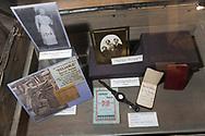 En amerikakoffert tillh&ouml;rande Gunhild Malm, f&ouml;dd den 7e juli 1895 i &Aring;senh&ouml;ga. 1910 flyttade hon till Amerika, d&aring; var hon 15 &aring;r. Hon hade packat ner allt hon hade med sig till sitt nya liv i en Amerikakoffert, den tidens resv&auml;ska. <br /> <br /> Gunhild Malm bosatte sig i Chicago och arbetade d&auml;r som hembitr&auml;de. Under tiden som hembitr&auml;de sparade hon ihop tillr&auml;ckligt mycket f&ouml;r att kunna g&aring; en utbildning i business och hon &ouml;ppnade en besinmack och bilverkstad tillsammans med sin make Erik Erickson. <br /> <br /> The Swedish American Museum, Andersonville, Chicago, Illinois, USA<br /> <br /> Foto: Christina Sj&ouml;gren