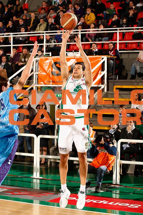DESCRIZIONE : Avellino Final 8 Coppa Italia 2010 Quarto di Finale Montepaschi Siena Sigma Coatings Montegranaro<br /> GIOCATORE : Marco Carraretto<br /> SQUADRA : Montepaschi Siena<br /> EVENTO : Final 8 Coppa Italia 2010 <br /> GARA : Montepaschi Siena Sigma Coatings Montegranaro<br /> DATA : 19/02/2010<br /> CATEGORIA : tiro<br /> SPORT : Pallacanestro <br /> AUTORE : Agenzia Ciamillo-Castoria/P.Lazzeroni<br /> Galleria : Lega Basket A 2009-2010 <br /> Fotonotizia : Avellino Final 8 Coppa Italia 2010 Quarto di Finale Montepaschi Siena Sigma Coatings Montegranaro<br /> Predefinita :