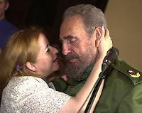 Lisa Valanti, Presidenta de la Asosiacion de Hermanamiento entre Ciudades de Cuba y Estados Unidos, izquierda, besa a Fidel Castro, Presidente de Cuba quien asistio al acto de hermanamiento de Pensilvania con la ciudad cubana Matanzas, 21 de Febrero del 2002, Matanzas, Cuba.  (AP Photo/Cristobal Herrera)