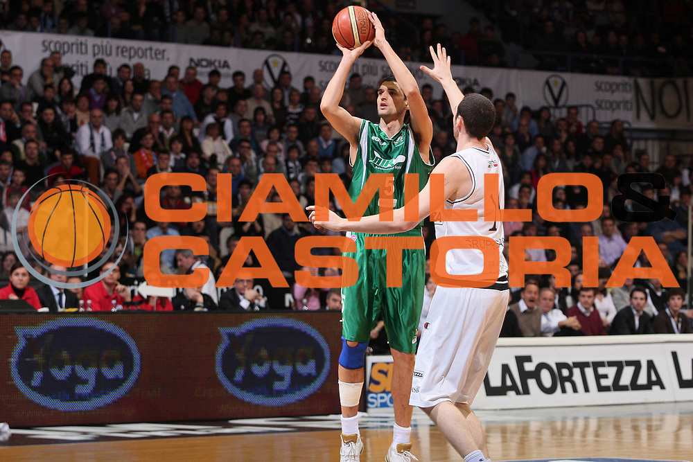 DESCRIZIONE : Bologna Final Eight 2008 Finale La Fortezza Virtus Bologna Air Avellino <br /> GIOCATORE : Nikola Radulovic <br /> SQUADRA : Air Avellino <br /> EVENTO : Tim Cup Basket For Life Coppa Italia Final Eight 2008 <br /> GARA : La Fortezza Virtus Bologna Air Avellino <br /> DATA : 10/02/2008 <br /> CATEGORIA : Tiro <br /> SPORT : Pallacanestro <br /> AUTORE : Agenzia Ciamillo-Castoria/S.Silvestri