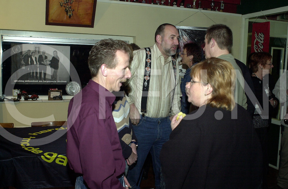 fotografie frank uijlenbroek&copy;2004 frank uijlenbroek<br /> 041218 hardenberg ned<br /> Motorclub geeft feest ter ere van niieuw boek in reuni stijl<br /> aan de wand hingen foto's van de hiostorie van de club