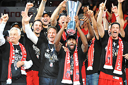 21.06.2015, Brose Arena, Bamberg, GER, Beko Basketball BL, Brose Baskets Bamberg vs FC Bayern Muenchen, Playoffs, Finale, 5. Spiel, im Bild Die Mannschaft bejubelt bei der Siegerehrung den Gewinn der Deutschen Meisterschaft 2015. Mitte: Bradley Wanamaker (Brose Baskets Bamberg) mit dem Meister-Pokal. // during the Beko Basketball Bundes league Playoffs, final round, 5th match between Brose Baskets Bamberg and FC Bayern Muenchen at the Brose Arena in Bamberg, Germany on 2015/06/21. EXPA Pictures &copy; 2015, PhotoCredit: EXPA/ Eibner-Pressefoto/ Merz<br /> <br /> *****ATTENTION - OUT of GER*****
