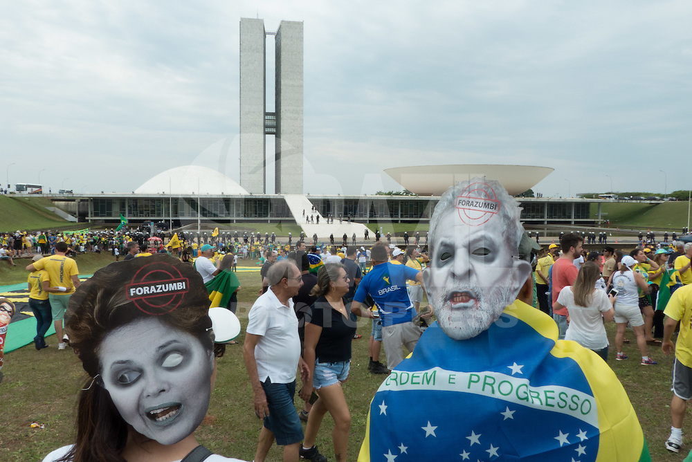 BRASILIA, DF, 15.11.2015 - PROTESTO-DF - Manifestação durante ato a favor do impeachment da presidente Dilma Rousseff, em frente ao Congresso Nacional, neste domingo, 15.(Foto:Ed Ferreira / Brazil Photo Press)