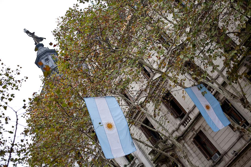 Buenos Aires, Argentina...Imagens da cidade de Buenos Aires, capital da Argentina. Na foto detalhe de um predio com a bandeira da argentina...The Buenos Aires city. In this photo a building with Argentina flag...Foto: JOAO MARCOS ROSA / NITRO
