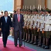 SANTIAGO DU CHILI 5 JUNE 2012 PALAIS DE LA MONEDA <br /> PHOTO: FRANCISCO ARIAS<br /> <br /> Le roi d'Espagne Juan Carlos I au cours de la cérémonie de bienvenue offert par le Président du Chili Piñera, Sebastián dans le Palacio de la Moneda La, à Santiago, Chili