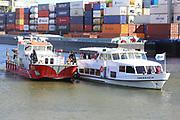 Mannheim. 29.07.17 | &Uuml;bung um M&uuml;hlauhafen<br /> M&uuml;hlauhafen. Rettungs&uuml;bung von Feuerwehr DLRG und ASB. Das Szenario: Ein Fahrgastschiff brennt und die Passagiere m&uuml;ssen gerettet werden. <br /> Auf der MS Oberrhein wird ge&uuml;bt. Dazu ankert das Schiff in der Fahrrinne des M&uuml;hlauhafens. Das Feuerl&ouml;schboot Metropolregion 1 kommt dazu.<br /> <br /> BILD- ID 0925 |<br /> Bild: Markus Prosswitz 29JUL17 / masterpress (Bild ist honorarpflichtig - No Model Release!)